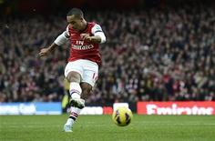 <p>L'ailier d'Arsenal Theo Walcott, qui souffrait d'une épaule, fait son retour dans le groupe en vue du déplacement à Everton mercredi en Premier League. /Photo prise le 17 novembre 2012/REUTERS/Dylan Martinez</p>