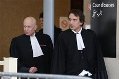 <p>Maîtres Philippe Ohayon (à droite), avocat de Dieter Krombach, et Laurent de Caunes (à gauche), avocat d'André Bamberski, le père de la victime. Le procès en appel du médecin allemand Dieter Krombach, condamné en première instance à Paris à 15 ans de réclusion pour avoir provoqué la mort d'une adolescente française en 1982 en Bavière, s'est ouvert mardi à Créteil. /Photo prise le 27 novembre 2012/REUTERS/Charles Platiau</p>