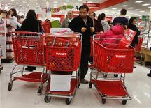 <p>La confiance du consommateur américain a de nouveau augmenté un peu plus que prévu en novembre à 73,7 contre 73,1 en octobre. C'est son son plus haut niveau depuis près de cinq ans. /Photo prise le 23 novembre 2012/REUTERS/Shannon Stapleton</p>