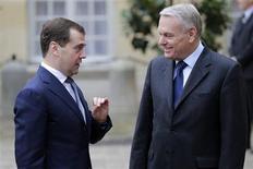 <p>Jean-Marc Ayrault et Dmitri Medvedev, à Matignon. En visite de travail à Paris, le Premier ministre russe a déclaré mardi que la Russie ne prévoyait pas d'échanger ses réserves en euro en autres devises, tablant sur un regain de stabilité de la zone euro. /Photo prise le 27 novembre 2012/REUTERS/Jacky Naegelen</p>