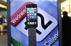 <p>Selon le cabinet d'études Kantar WorldPanel, Apple a ravi à Google la place de numéro un des systèmes d'exploitation pour smartphone aux Etats-Unis, grâce notammment à l'engouement pour l'iPhone 5. Au cours des douze semaines se terminant le 31 octobre, la part de marché d'iOS s'est élevé à 48,1%, contre 46,7% pour Android. /Photo prise le 21 septembre 2012/REUTERS/Shannon Stapleton</p>