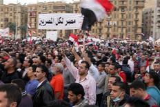 <p>Manifestantes gritan arengas en contra del Gobierno del presidente Mohamed Mursi en la plaza Tahrir en El Cairo. 27 de noviembre, 2012. REUTERS/Asmaa Waguih. Decenas de miles de egipcios protestaron el martes contra el presidente Mohamed Mursi en una de las mayores manifestaciones desde el derrocamiento de Hosni Mubarak, acusando al líder islamista de buscar imponer una nueva era de autocracia.</p>