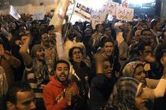 <p>Foto de archivo de manifestantes gritando arengas en contra del Gobierno del presidente egipcio Mohamed Mursi en la plaza Tahrir en El Cairo. 27 de noviembre, 2012. Cientos de manifestantes permanecían el miércoles en la plaza Tahrir de El Cairo por sexto día consecutivo y exigían que el presidente egipcio, Mohamed Mursi, rescinda un decreto que según dicen le otorga poderes dictatoriales. REUTERS/Asmaa Waguih</p>