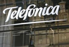 <p>La casa matriz del grupo español de telecomunicaciones Telefónica en Madrid, dic 3 2012. El grupo español de telecomunicaciones Telefónica está sopesando la colocación en bolsa de entre el 10 y el 15 por ciento del capital de su negocio en Latinoamérica, en una medida que le generaría más de 4.600 millones de dólares para reducir deuda y subrayar fortalezas fuera de un mercado local en crisis. REUTERS/Andrea Comas</p>