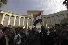 <p>Partidarios del mandatario Mohamed Mursi frente al Consejo Judicial Supremo de Egipto en Maadi, dic 2 2012. El Consejo Judicial Supremo de Egipto accedió a supervisar un referendo el 15 de diciembre sobre el borrador de la nueva Constitución, dijo el lunes un asesor del presidente Mohamed Mursi, un día después de que un grupo de magistrados instara a sus miembros a no involucrarse en el proceso. REUTERS/Amr Abdallah Dalsh</p>