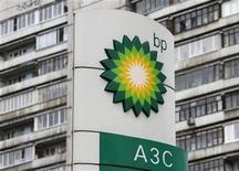"""<p>Foto de archivo del logo de BP frente a un bloque de apartamentos en Moscú, oct 22 2012. La firma británica BP Plc divisa un nuevo futuro como un productor de petróleo y gas """"más sencillo"""" y """"más petrolero"""", mientras aumenta sus inversiones. REUTERS/Maxim Shemetov</p>"""