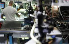 <p>Foto de archivo de un empleado en la línea de revisión de la planta Gillette en Boston, EEUU, dic 5 2011. El sector manufacturero de Estados Unidos se contrajo inesperadamente en noviembre y cayó a su menor nivel en más de tres años, en una señal de que la actividad fabril estaría con dificultades para ganar fuerza, según un reporte de la industria divulgado el lunes. REUTERS/Brian Snyder</p>