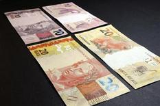 <p>Foto de archivo de la presentación de los nuevos billetes de 20 y 10 reales en el banco central de Brasil en Brasilia, jul 23 2012. Brasil decepcionó el lunes al mercado al reportar un déficit comercial de 186 millones de dólares para noviembre, un resultado peor al esperado por el mercado. REUTERS/Cadu Gomes</p>