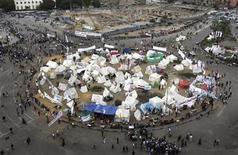 <p>Un grupo de personas transita en medio de una serie de carpas de manifestantes contrarios al presidente de Egipto, Mohamed Mursi, en la plaza Tahrir de El Cairo, dic 4 2012. La oposición egipcia convocó el martes a protestas masivas contra la medida del Gobierno islámico de realizar un referendo sobre una nueva Constitución, luego de que el presidente Mohamed Mursi lograra superar ciertos obstáculos judiciales para efectuar el plebiscito. REUTERS/Asmaa Waguih</p>