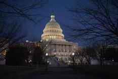 """<p>Imagen de archivo del edificio del Capitolio estadounidense en Washington, ene 24 2012. A un par de semanas de que se produzca el denominado """"abismo fiscal"""" en Estados Unidos, una delegación bipartidista de gobernadores se reunirá el martes con el presidente Barack Obama y con los líderes del Congreso. REUTERS/Jonathan Ernst</p>"""