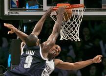 <p>Serge Ibaka (9) d'Oklahoma City face à Jerry Stackhouse des Brooklyn Nets, à New York. Le Thunder d'Oklahoma s'est offert mardi une sixième victoire d'affilée dans le championnat nord-américain de basket en allant battre les Nets 117 à 111. /Photo prise le 4 décembre 2012/REUTERS/Ray Stubblebine</p>