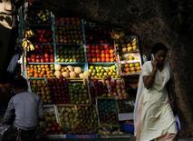 <p>Le conseil municipal d'un village de l'Etat de Bihar dans l'est de l'Inde a interdit aux femmes l'usage du téléphone portable. Il estime que cette pratique dégrade l'atmosphère sociale en favorisant les aventures amoureuses. /Photo d'archives/REUTERS/Arko Datta</p>