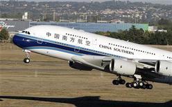 <p>China Southern Airlines, plus grande compagnie aérienne de Chine en taille de flotte, a signé un accord pour l'achat de 10 Airbus A330-300, à livrer entre 2014 et 2016. /Photo d'archives/REUTERS/Jean-Philippe Arles</p>