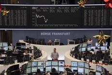 <p>Les Bourses européennes limitaient leurs gains à mi-séance, après des indicateurs européens peu encourageants, dans des marchés par ailleurs partagés entre la crainte d'une crise budgétaire aux Etats-Unis et les perspectives de poursuite de la politique de soutien à la croissance en Chine. À Paris, l'indice CAC 40 gagnait 0,2% vers 13h00, tandis qu'à Francfort, le Dax reprenait 0,23% et l'indice paneuropéen EuroStoxx 50 0,18%. /Photo prise le 5 décembre 2012/REUTERS/Remote/Lizza David</p>