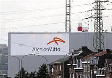 <p>L'usine ArcelorMittal de Liège. Le sidérurgiste investira 138 millions d'euros sur ce site en Belgique après un accord passé avec les syndicats et l'exécutif wallon, un investissement susceptible de préserver 2.000 emplois. /Photo prise le 18 septembre 2012/REUTERS/François Lenoir</p>