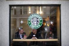 <p>Starbucks, qui a annoncé son intention d'ouvrir plus de 3.000 boutiques dans la région Amériques d'ici 2017, fait partie des valeurs à suivre mercredi sur les marchés américains. /Photo prise le 3 décembre 2012/REUTERS/Andrew Winning</p>