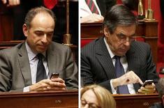 """<p>Jean-François Copé et François Fillon, mardi à l'Assemblée. Les deux hommes ont reporté à jeudi leur quatrième tête-à-tête pour tenter de régler la crise à l'UMP, alors que les députés """"fillonnistes"""" ont fait pour la première fois groupe à part, mercredi, lors des questions au gouvernement. /Photo prise le 4 décembre 2012/REUTERS/Charles Platiau</p>"""