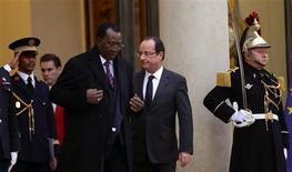 """<p>Idriss Déby, le président tchadien et Francois Hollande. Idriss Déby, a dénoncé mercredi une """"violation d'accord"""" dans le dossier de l'organisation Arche de Zoé, affaire de tentative d'enlèvement d'enfants au Tchad il y a cinq ans. /Photo prise le 5 décembre 2012/REUTERS/Philippe Wojazer</p>"""