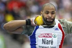 <p>Le recordman de France du lancer de poids, Yves Niaré, est décédé mercredi dans un accident de la route à l'âge de 35 ans. /Photo d'archives/REUTERS/Tony Gentile</p>