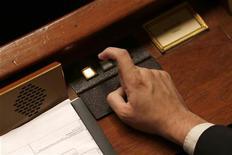 <p>Les députés français ont adopté mercredi la modification des taux de TVA à partir du 1er janvier 2014 dans le cadre de l'examen du projet de loi de finances rectificative pour 2012. /Photo d'archives/REUTERS/Charles Platiau</p>