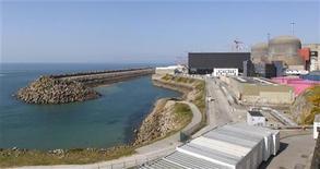 <p>Centrale nucléaire de Flamanville (Manche). Le réacteur nucléaire de nouvelle génération EPR présente tous les symptômes d'une technologie de pointe coûteuse, mais certains observateurs estiment que ses déboires ne réduisent pas pour autant à néant ses espoirs à l'exportation. Le coût de construction de l'EPR atteint désormais 8,5 milliards sur le chantier de l'électricien EDF, à Flamanville. /Photo d'archives/REUTERS/Benoît Tessier</p>