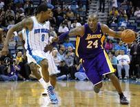 <p>Kobe Bryant (24) des Lakers face à Roger Mason Jr. des Hornets. Kobe Bryant est devenu mercredi le plus jeune joueur du championnat nord-américain de basket-ball à passer la barre des 30.000 points. /Photo prise le 6 décembre 2012/REUTERS/Jonathan Bachman</p>