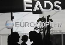 <p>L'action EADS s'envole jeudi matin à la Bourse de Paris, où le groupe d'aérospatiale et de défense signe la plus forte hausse de l'indice CAC 40 au lendemain d'annonces sur une réorganisation en profondeur de son actionnariat et de sa gouvernance. /Photo prise le 13 sseptembre 2012/REUTERS/Tobias Schwarz</p>