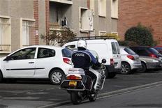<p>Près de l'appartement toulousain où Mohamed Merah était retranché. La femme arrêtée mardi et placée en garde à vue dans l'enquête sur les crimes de Mohamed Merah, qui a abattu sept personnes en mars à Toulouse et Montauban, a été relâchée. /Photo prise le 23 mars 2012/REUTERS/Jean-Paul Pélissier</p>