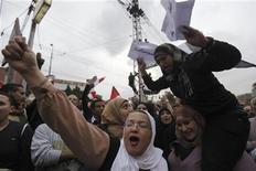 <p>Un grupo de manifestantes protestan en contra del mandato del presidente egipcio, Mohamed Mursi, a las afueras del palacio presidencial de El Cairo, dic 4 2012. El presidente egipcio, Mohamed Mursi, volvió a trabajar el miércoles en El Cairo, un día después de abandonar el palacio presidencial cuanto quedó rodeado por manifestantes furiosos por su medida de apresurar la redacción de una nueva Constitución tras haber expandido temporalmente sus poderes con un decreto. REUTERS/Amr Abdallah Dalsh</p>