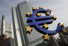 <p>La Banque centrale européenne devrait avoir l'entière responsabilité de la supervision des banques de la zone euro à partir du début 2014, selon un rapport préparé pour les dirigeants européens. /Photo d'archives/REUTERS/Alex Domanski</p>