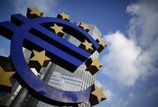 <p>La Banque centrale européenne n'a pas modifié ses taux directeurs jeudi. Le taux de refinancement reste donc de 0,75%, le taux de facilité de dépôt nul et le taux de prêt marginal de 1,0%. Ces trois taux n'ont plus bougé depuis le 5 juillet dernier. /Photo prise le 6 décembre 2012/REUTERS/Lisi Niesner</p>