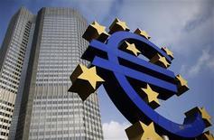 <p>La Banque centrale européenne a revu à la baisse ses prévisions économiques pour la zone euro, laissant entendre qu'une contraction de l'activité en 2013 était très probable avant un retour à la croissance en 2014. /Photo prise le 6 décembre 2012/REUTERS/Lisi Niesner</p>