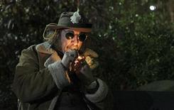 """<p>Un hombre, que se identificó como """"Profesor Gizmo"""", enciende una pipa minutos después de la legalización de la marihuana en el estado de Washington, dic 5 2012. Washington hizo historia el jueves al convertirse en el primer estado de Estados Unidos en legalizar la tenencia de marihuana para uso recreativo en los adultos, un hecho celebrado por docenas de consumidores cerca de la famosa torre Space Needle, en Seattle, en medio de música reggae y el humo de la hierba. REUTERS/Cliff Despeaux</p>"""