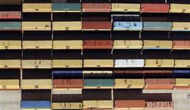<p>Imagen de archivo de unos contenedores en el puerto comercial de Gioia Tauro en Italia, nov 8 2012. Las exportaciones salvaron a la zona euro de una recesión más profunda en el tercer trimestre de este año, aumentando la responsabilidad en la actividad comercial para impulsar una recuperación en el bloque. REUTERS/Alessandro Bianchi</p>