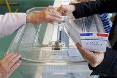 <p>Le Parti socialiste et le Front national comptent tirer profit de la guerre des chefs qui déchire l'opposition de droite lors des trois législatives partielles dont le premier tour se déroule dimanche dans l'Hérault et la région parisienne. /Photo d'archives/REUTERS/Vincent Kessler</p>