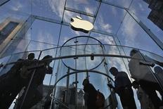 <p>La capitalisation boursière d'Apple est passée sous la barre des 500 milliards de dollars (384 milliards d'euros) jeudi, avec la poursuite la baisse du titre du groupe à la pomme, qui avait déjà cédé plus de 6% mercredi. /Photo prise le 19 septembre 2012/REUTERS/Eduardo Munoz</p>