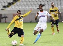 <p>Duel entre Rafidine Abdullah (à droite) de l'OM et Paulo Sergio de l'AEL Limassol. Déjà éliminé de la Ligue Europa, Marseille a quitté jeudi la compétition sur une sévère défaite face à l'AEL Limassol (3-0), une formation que l'OM avait pourtant dominé 5-1 lors du match aller. L'entraîneur Elie Baup avait majoritairement aligné des joueurs évoluant d'ordinaire en réserve ou dans les équipes de jeunes. /Photo prise le 6 décembre 2012/REUTERS/Andreas Manolis</p>