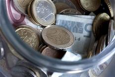 <p>Près d'un Français sur deux (48%) a le sentiment d'être pauvre ou en train de le devenir, selon un sondage CSA pour Les Echos. Selon cette enquête, 11% des Français se disent pauvres, 37% déclarent être en train de le devenir, 51% ni l'un ni l'autre et 1% ne se prononcent pas. /Photo d'archives/REUTERS/Bernadett Szabo</p>