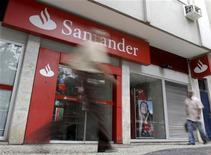 <p>La filiale brésilienne de la banque espagnole Santander a annoncé jeudi le licenciement d'un millier de salariés. /Photo d'archives/REUTERS/Sergio Moraes</p>
