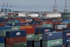 <p>Le déficit commercial de la France s'est contracté à 4,685 milliards d'euros en octobre après 4,997 milliards, un chiffre légèrement révisé à la baisse, un mois plus tôt. /Photo d'archives/REUTERS/Gonzalo Fuentes</p>