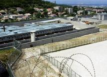 <p>Prison des Baumettes, à Marseille. Une centaine d'agents pénitentiaires de la région Provence-Alpes-Côte d'Azur ont manifesté vendredi à Marseille pour demander du personnel supplémentaire après la publication d'un rapport accablant sur l'état de la prison des Baumettes. /Photo d'archives/REUTERS</p>