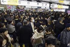 <p>Passagers rassemblés dans la gare de Sendai, dans la préfecture japonaise de Miyagi, après une interruption de service consécutive à un tremblement de terre vendredi. Un puissant séisme s'est produit vendredi au large de la côte nord-est du Japon, non loin de la zone de Fukushima dévastée en 2011 par un précédent tremblement de terre et un tsunami. /Photo prise le 7 décembre 2012/REUTERS/Kyodo</p>
