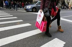 <p>Le sentiment du consommateur américain a fortement baissé en décembre, à son plus bas niveau depuis le mois d'août, selon les premiers résultats de l'enquête mensuelle Thomson Reuters/Université du Michigan. /Photo prise le 23 novembre 2012/REUTERS/Brendan McDermid</p>