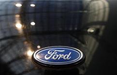 <p>Ford rappelle 19.106 exemplaires du modèle 2013 de la Fusion aux Etats-Unis afin de remplacer des phares défectueux susceptibles de provoquer des incendies, selon des officiels de la sécurité routière. /Photo d'archives/REUTERS/Ina Fassbender</p>