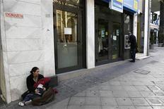 <p>Devant une agence bancaire à Athènes. Les principales banques grecques ont demandé à leurs conseils d'administration l'autorisation de revendre leurs créances vis-à-vis de l'Etat, selon des sources bancaires, une adhésion qui devrait permettre à Athènes d'atteindre les objectifs fixés par ses bailleurs de fonds internationaux. /Photo prise le 7 décembre 2012/REUTERS/Yorgos Karahalis</p>