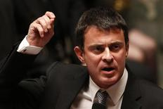 <p>Le ministre de l'Intérieur, Manuel Valls, a annoncé vendredi la fin du système d'aide au retour visant à inciter notamment les Roms implantés en France à repartir dans leur pays d'origine, la Roumanie ou la Bulgarie. /Photo d'archives/REUTERS/Charles Platiau</p>