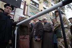 <p>A l'extérieur d'un bureau de vote, au Caire. Plusieurs dizaines de personnes patientaient devant certains bureaux de vote, qui ont ouvert à 08h00 et fermeront 12 heures plus tard, au Caire et dans d'autres villes, alors que quelque 26 des 51 millions d'électeurs égyptiens sont appelés aux urnes ce samedi pour s'exprimer sur un projet de Constitution vivement dénoncé par l'opposition. Ce référendum se déroulera en deux temps, avec un deuxième jour de scrutin samedi prochain. /Photo prise le 15 décembre 2012/REUTERS/Khaled Abdullah</p>