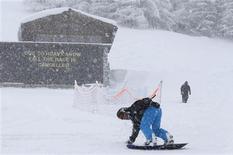 <p>Le Super-G de la Coupe du monde féminine de ski prévu ce samedi à Val d'Isère ne pourra avoir lieu à cause de fortes chutes de neige durant la nuit. /Photo prise le 15 décembre 2012/REUTERS/Christian Hartmann</p>