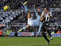 <p>L'attaquant argentin de Manchester City Carlos Tevez (à gauche), aux prises avec son compatriote Jonas Gutierrez, milieu de terrain de Newcastle United. Les Citizens se sont imposés 3-1 samedi sur la pelouse de Newcastle. /Photo prise le 15 décembre 2012/REUTERS/Nigel Roddis</p>