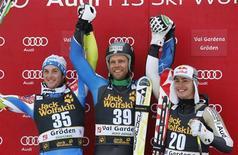 <p>L'Américain Steven Nyman (au centre) a remporté samedi la descente de la Coupe du monde de ski de Val Gardena qui a été longtemps retardée, fortement réduite en longueur et interrompue pendant plusieurs minutes à cause du mauvais temps. Le Slovène Rok Perko (à gauche) a pris la deuxième place et le Canadien Erik Guay complète le podium. /Photo prise le 15 décembre 2012/REUTERS/Stefano Rellandini</p>
